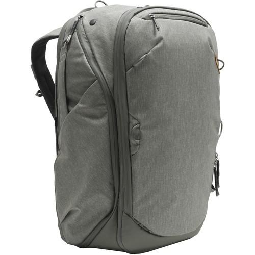 Peak Design 45L Travel Rucksack (Salbeigrün) - Schrägansicht