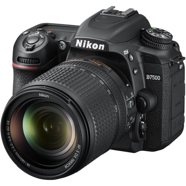 Nikon D7500 Kit mit 18-140mm G ED VR Objektiv - Schrägansicht