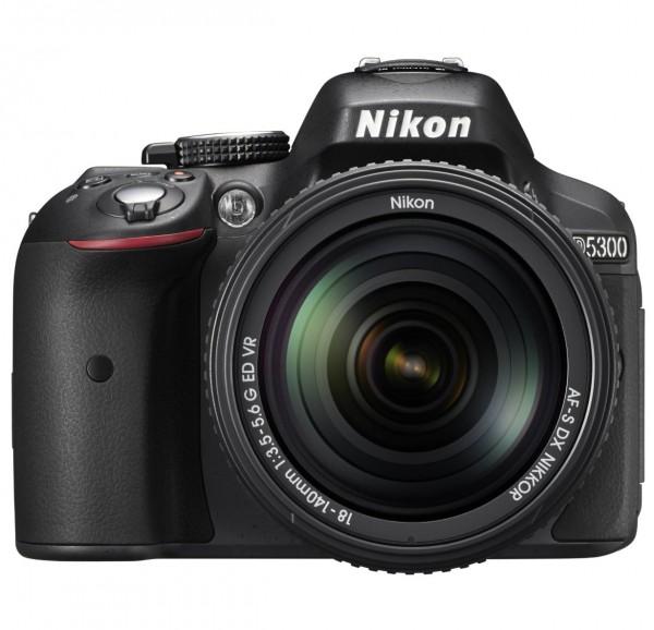 Nikon D5300 Kit mit 18-140mm VR Objektiv - Frontansicht